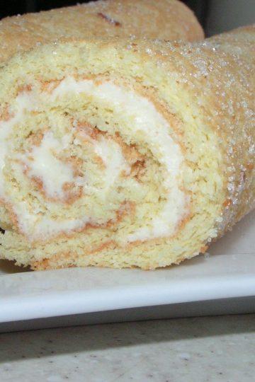 Бисквитный рулет с ванильным сливочным кремом