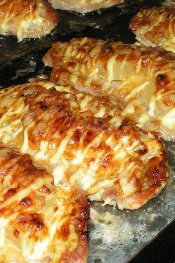 Свиная отбивная, запеченная под сыром с ананасами